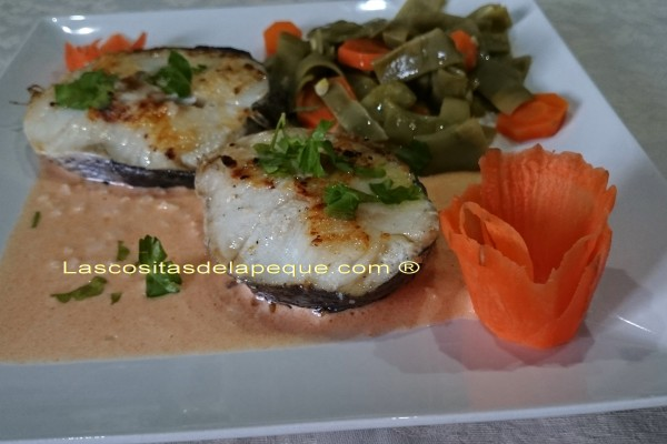 Merluza a la plancha con salsa de ajo y pimentón con verdurítas al vapor
