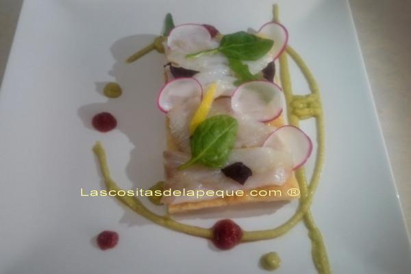 Focaccia de manzanas al tomillo cubierta de bacalao ahumado y rabanitos,con crema de espárragos verdes y tomate confitado con miel