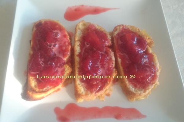 Torrijas caramelizadas al horno con compota de fresas al moscatel