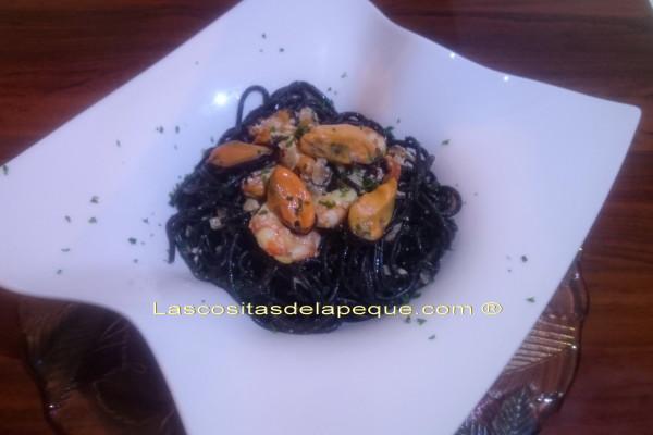 Espaguetis al nero di sepia con mejillones y gambones