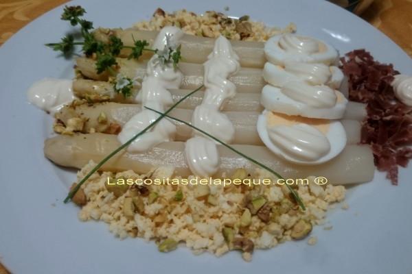 Espárragos con jamón, huevo y pistachos