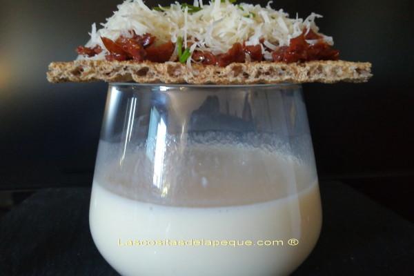 Crema de esparragos blancos con tapa de tomates secos y queso