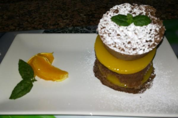 Milhojas de bizcocho esponja de chocolate y gelatina de naranja