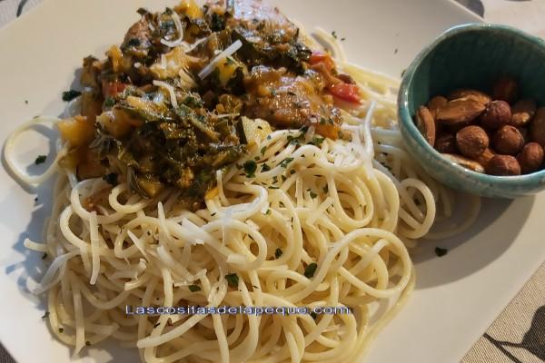 Pasta con vegetales y setas en salsa cremosa de hummus